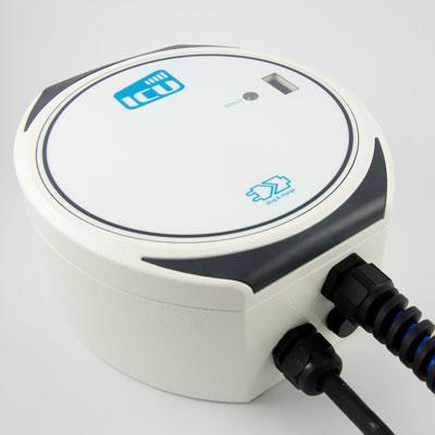 Darstellung der ICU Compact Mini Ladebox vor weißem Hintergrund von schräg unten. Das Design der runden weißen Ladebox ist schlicht und einfach gehalten.