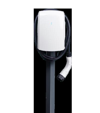Aufnahme der ICU Eve Mini Ladebox auf einem grauen Standfuß von hinten. Das Ladekabel, das aus der ICU Eve Mini Ladebox herauskommt, ist um die Ladebox gewickelt.