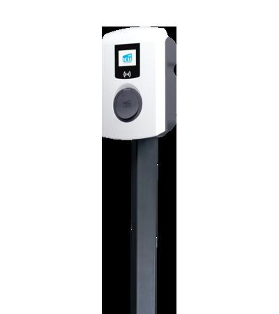 ICU Eve Mini Ladebox ist vor weißem Hintergrund oben auf einem dunkelgrauen Standfuß befestigt.