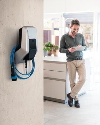 Mennekes Amtron - Wallbox in Haus, Besitzer mit Tablet