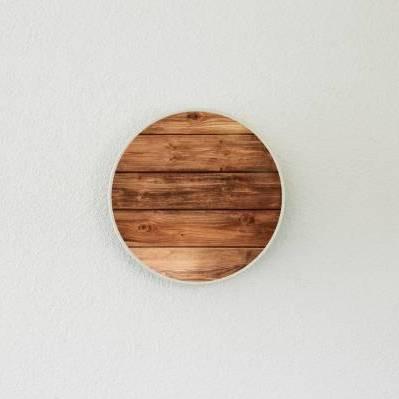 MY WALLBOX model O - Wallbox mit Holz-Cover an weißer Wand