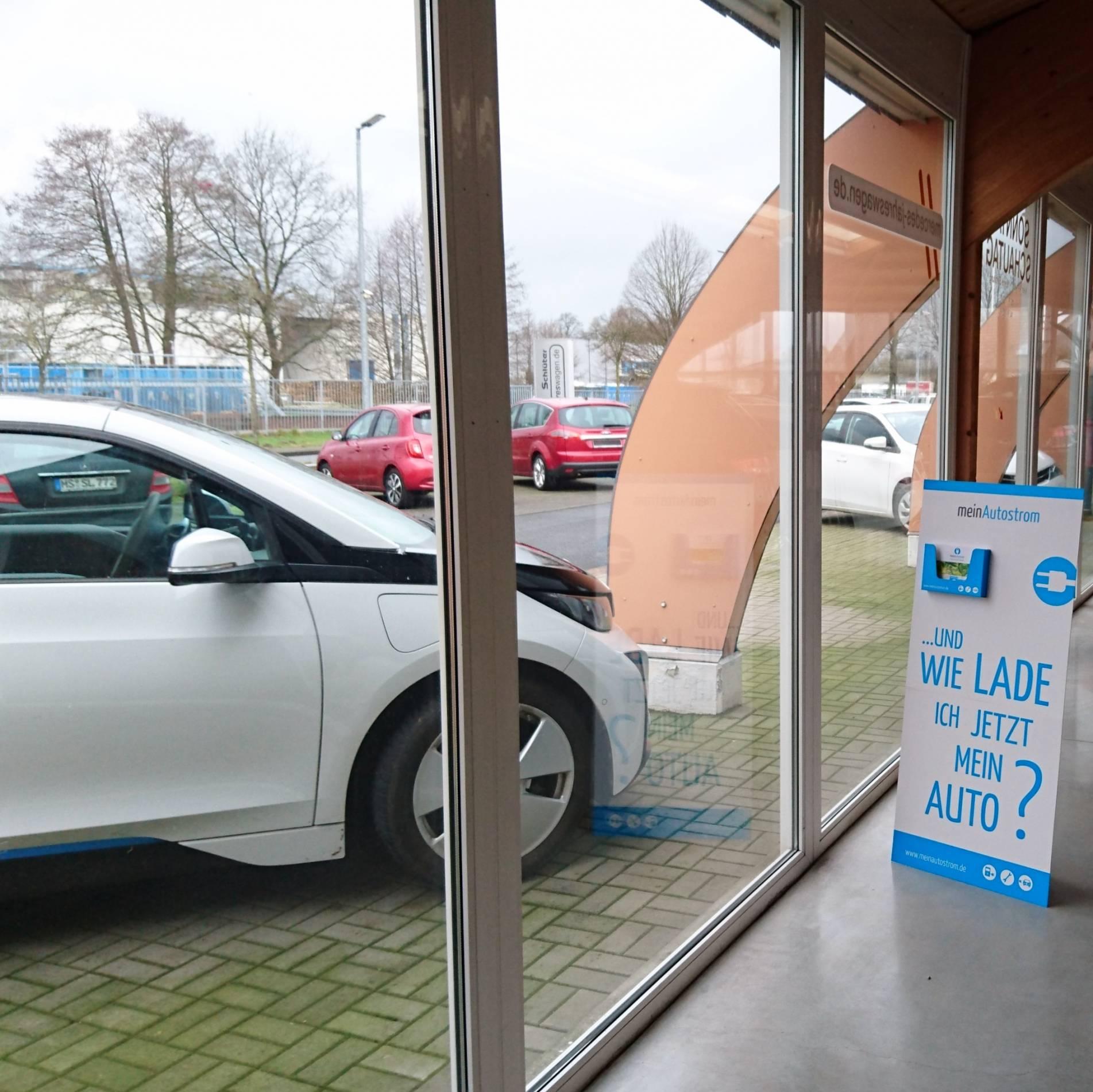 Autohaus Schlüter Innenansicht meinAutostrom-Aufsteller