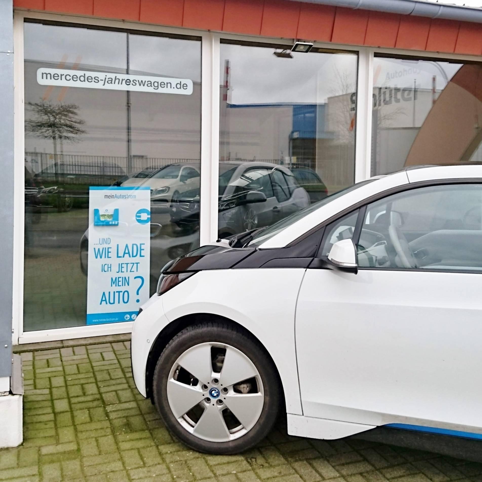 Autohaus Schlüter Ansicht BMW i3 mit meinAutostrom-Aufsteller