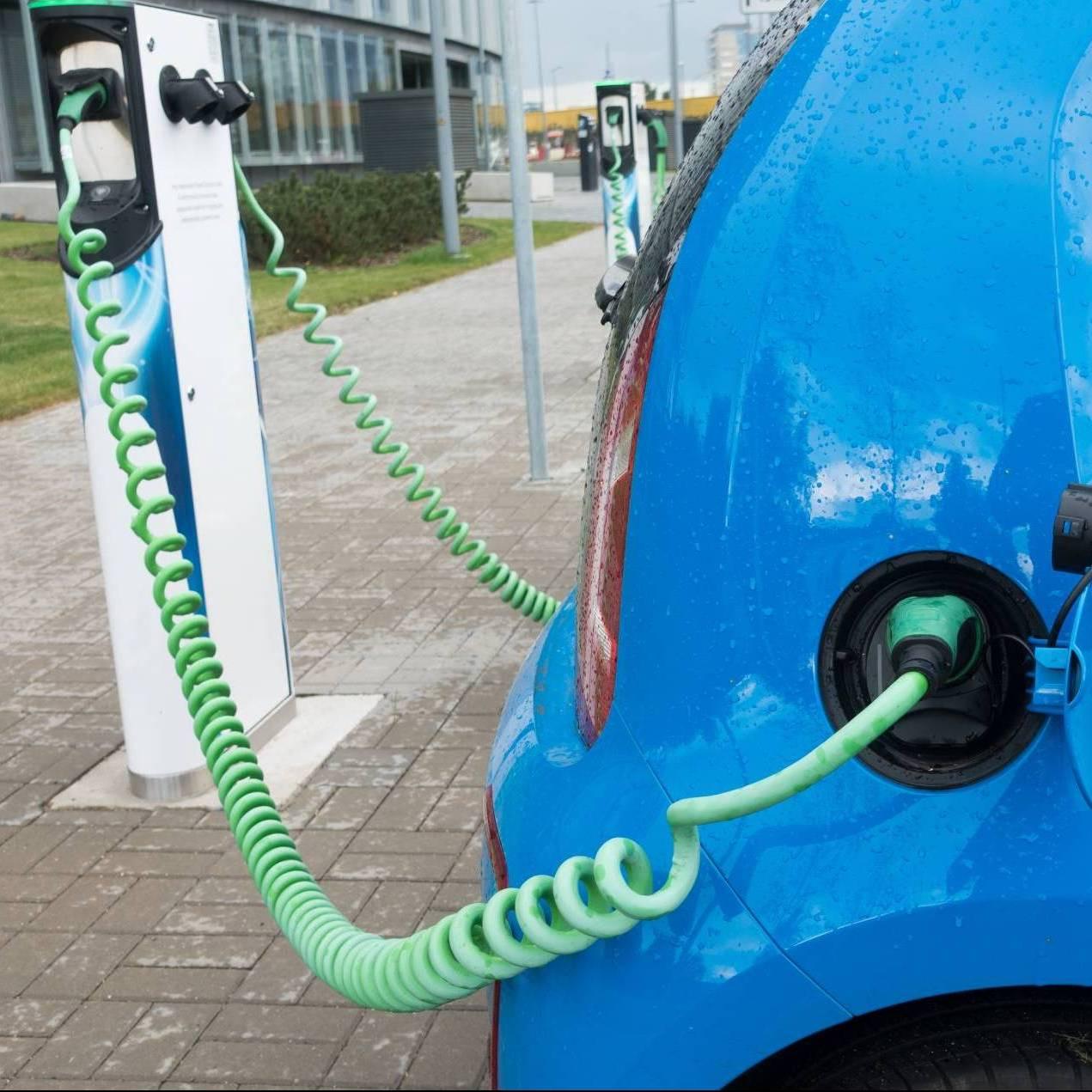 Blaues Elektroauto Flotte Ladesäule