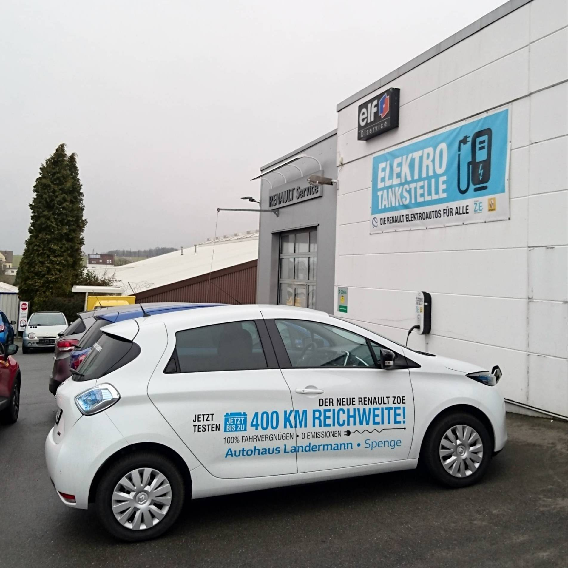 Autohaus Landermann Aussenansicht Zoe + Tankstelle
